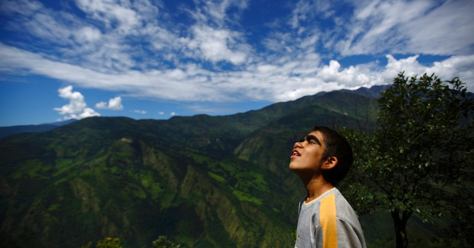 """6.nov.2013 - Niraj Budhathoki, 12, observa o céu no quintal de sua casa em Kharay, a 190 km de Katmandu, no Nepal. Assim como sua mãe e seus irmãos, ela sofre de Hypertrichosis Lanuginosa, uma doença rara que causa crescimento excessivo de pelos no corpo, também conhecida como """"síndrome de lobisomem"""""""