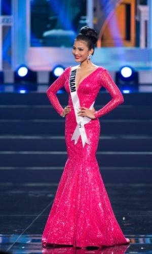 5.nov.2013 - Truong Thi May, Miss Universo Vietnã 2013, desfila em traje de gala durante Competição Preliminar do Miss Universo. A final acontece neste sábado (9) em Moscou, na Rússia