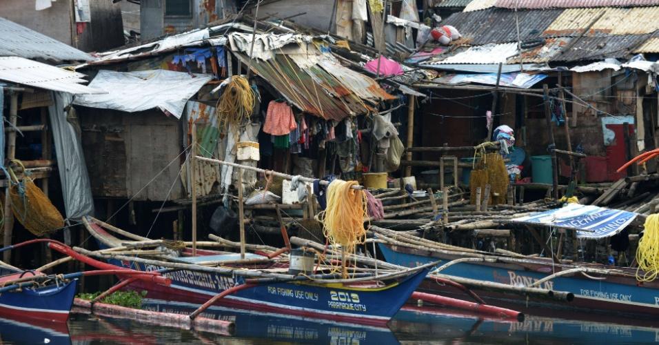 7.nov.2013 - Barcos de pescadores ancorados na costa da baía de Manila, enquanto o tufão Haiyan se aproxima, nesta quinta-feira (7). Autoridades alertam mais de 12 milhões de pessoas sobre os riscos do fenômeno climático, que deve alcançar ventos de mais de 330 km/h quando chegar à costa nesta sexta