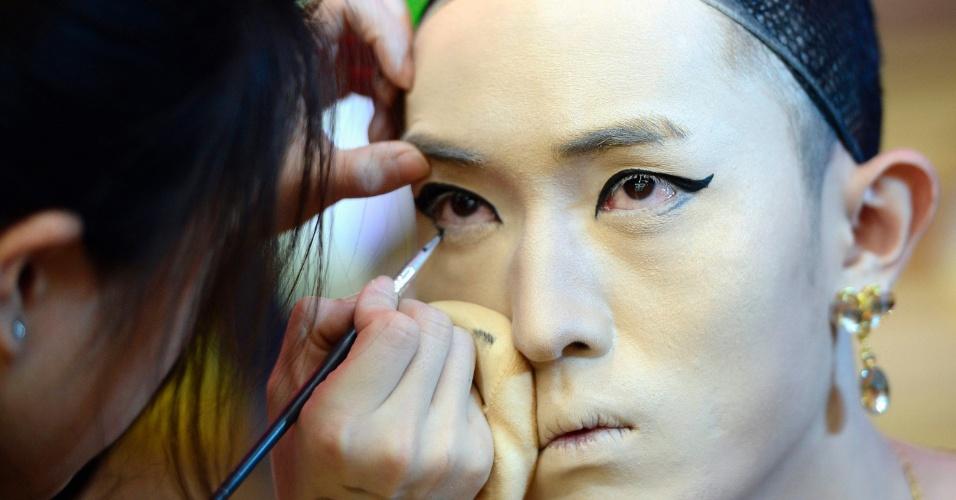 7.nov.2013 - Homem é maquiado em concurso em Jinan, na província de Shandong, na China. Cada participante do concurso de maquiagem recebe um modelo do sexo masculino e tem que deixá-lo com a aparência mais feminina possível