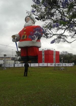 7.nov.2013 - O maior Papai Noel do mundo é do Brasil. O bom velhinho construído no Shopping Center Norte, na Vila Guilherme, na zona norte de São Paulo, entrou para o Guinness Book como o maior do mundo. Ele mede 20 metros de altura