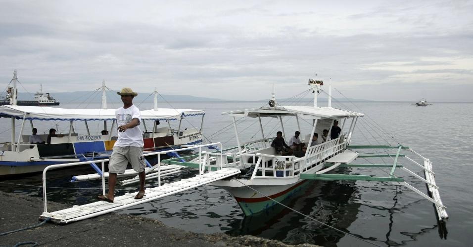 7.nov.2013 - Homem deixa barco de passageiros após ancorá-lo. As operações operações portuárias foram suspensas por causa do tufão Haiyan, na cidade de Davao, nas Filipinas, nesta quinta-feira (7). Autoridades alertam mais de 12 milhões de pessoas sobre os riscos do fenômeno climático, que deve alcançar ventos de mais de 330 km/h quando chegar à costa nesta sexta