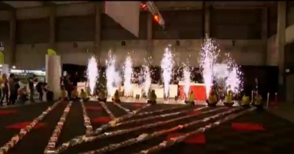 7.nov.2013 - Uma associação de fãs da leitura da Bélgica afirma que quebrou o recorde de maior número de livros enfileirados caindo um atrás do outro, como peças de dominó. Foram necessários 40 voluntários para enfileirar os 4.845 livros na Feira do Livro de Antuérpia