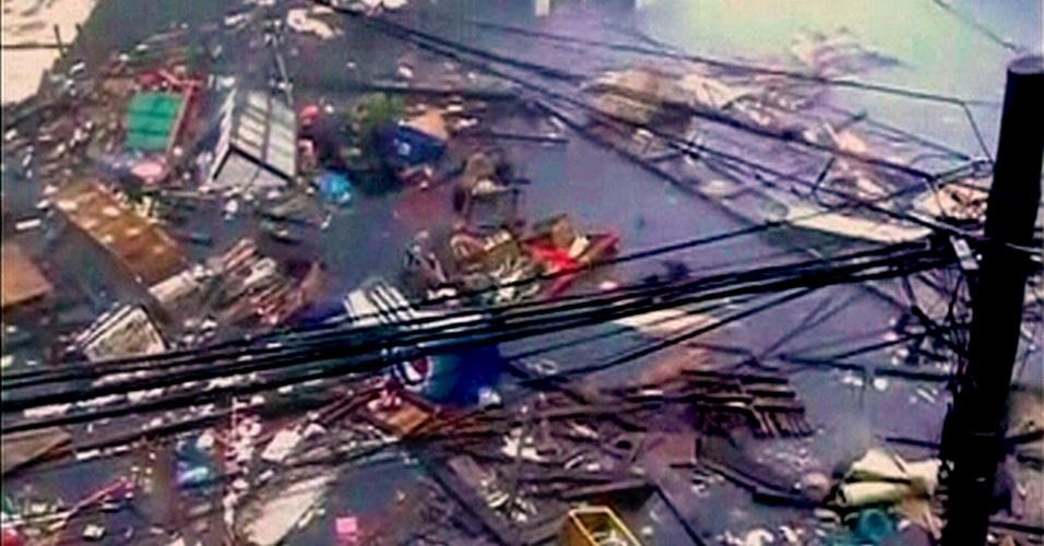 8.nov.2013 - Escombros flutuam em estrada inundada após ser atingida por ventos e chuva fortes, decorrentes da passagem do tufão Haiyan pela cidade filipina de Tacloban, no leste do país, nesta sexta-feira (8). Haiyan, possivelmente o mais forte tufão registrado a atingir terra firme, chegou ao centro das Filipinas, forçando milhões de pessoas a fugir para terreno mais seguro ou se refugiar em abrigos de tempestade. O tufão foi avaliado como de categoria 5 (em uma escala de 5) e gerou ondas de até 5 metros nas ilhas filipinas de Leyte e Samar