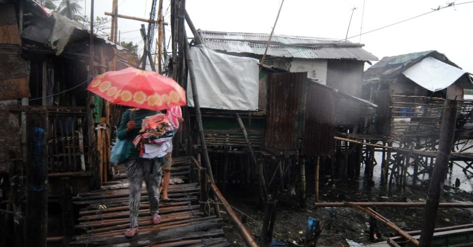8.nov.2013 - Moradores de aldeia de pescadores em Bacoor, ao sul de Manila (Filipinas), deixam suas casas antes da passagem do tufão Haiyan, nesta sexta-feira (8)