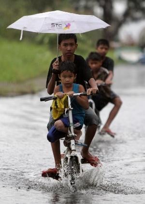 8.nov.2013 - Pelo menos três pessoas morreram e mais de 125 mil foram evacuadas no centro das Filipinas, nesta sexta-feira (8), após a chegada do tufão Haiyan, que castiga o país com rajadas de vento de até 315 km/h