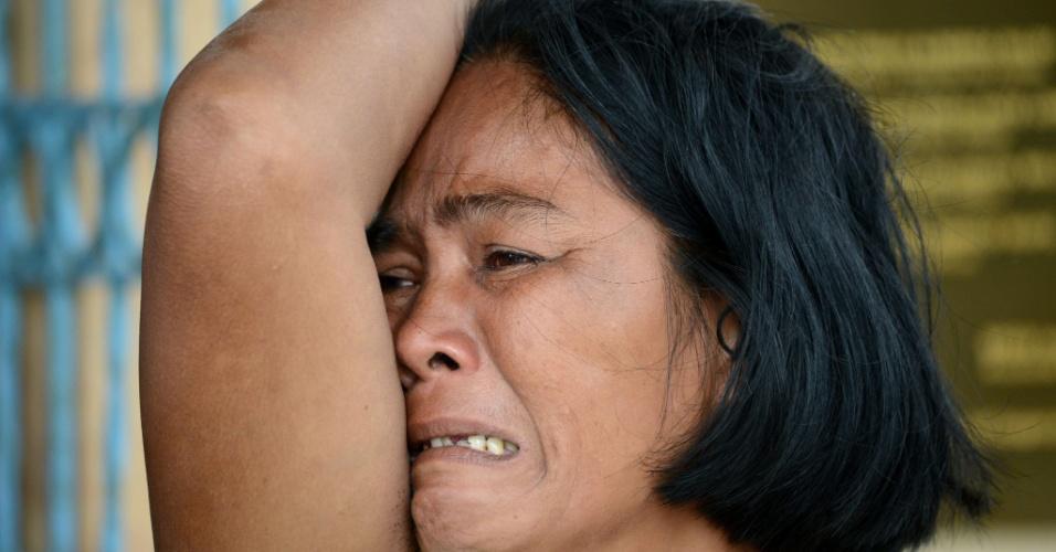 9.nov. 2013 - Nas Filipinas, mulher chora pela morte do filho em uma capela, após a passagem do tufão Haiyan  na cidade de Tacloban