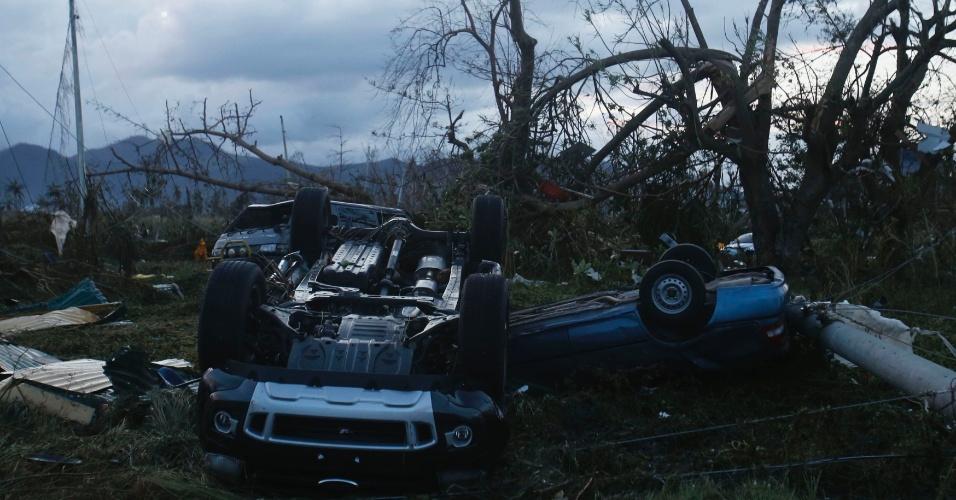 9.nov. 2013 - Veículos virados são vistos na área externa do aeroporto de Tacloban, após a passagem do tufão  Haiyan