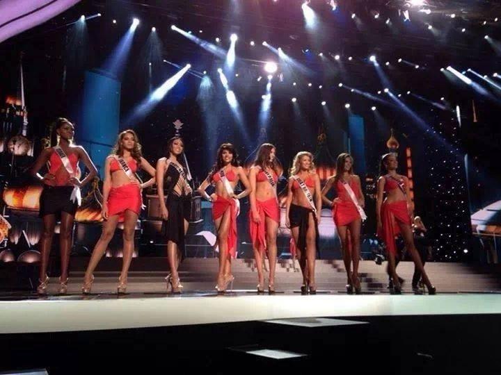 9.nov.2013 - Candidatas se apresentam de traje de banho durante o ensaio final do Miss Universo em Moscou, na Rússia