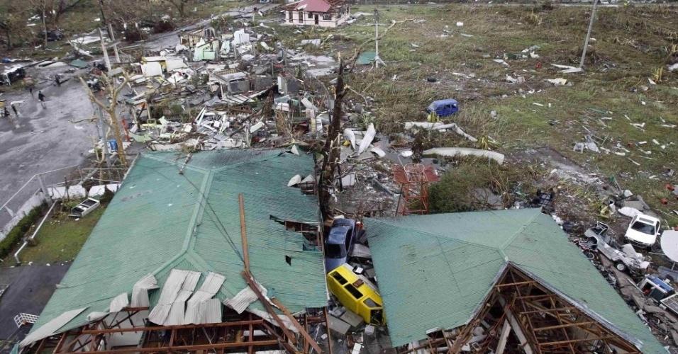 9.nov.2013 - Casas foram destelhadas após passagem do tufão Haiyan pela cidade filipina de Tacloban, neste sábado (9). Considerada por especialistas como a tempestade mais forte da história, o tufão já matou mais de cem pessoas no país e deixou rastro de destruição