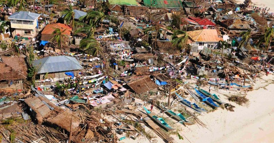 9.nov.2013 - Casas foram destelhadas após passagem do tufão Haiyan pela cidade filipina de Tacloban, neste sábado (9). Considerada por especialistas como a tempestade mais forte da história, o tufão já matou centenas de pessoas no país e deixou rastro de destruição