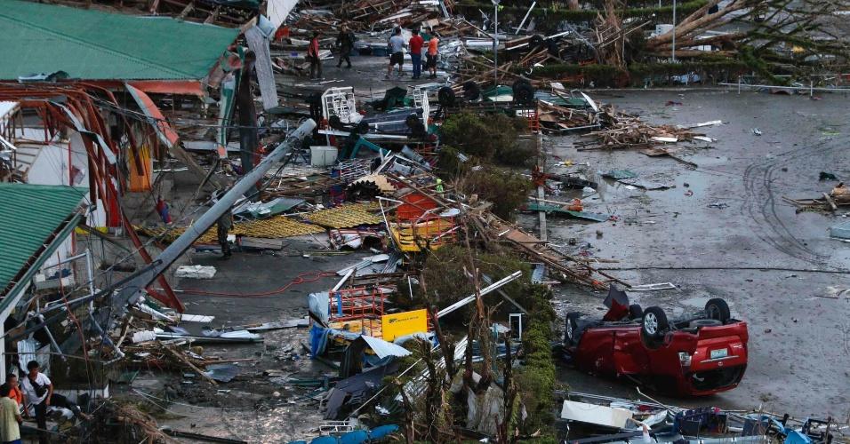9.nov.2013 - Casas foram destelhadas e carros ficaram de ponta cabeça após passagem do tufão Haiyan pela cidade filipina de Tacloban, neste sábado (9). Considerada por especialistas como a tempestade mais forte da história, o tufão já matou mais de cem pessoas no país e deixou rastro de destruição