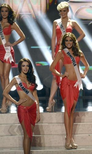 9.nov.2013 - Gabriela Isler, ao centro, durante o desfile dos trajes de banho: a representante da Venezulea encantou a plateia com elegância e curvas sensuais antes de vencer o Miss Universo 2013, neste sábado (9), na Rússia
