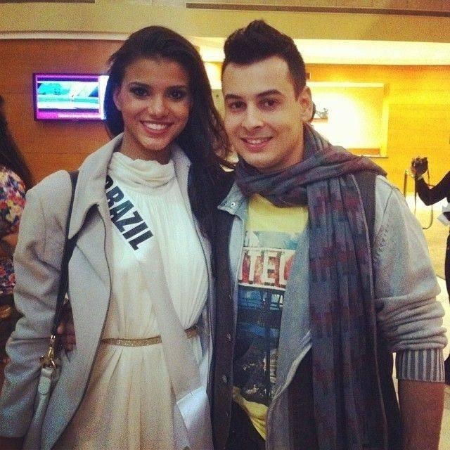 9.nov.2013 - Jakelyne Oliveira, Miss Brasil 2013, posa ao lado do namorado que chegou a Moscou para acompanhar a final do Miss Universo neste sábado