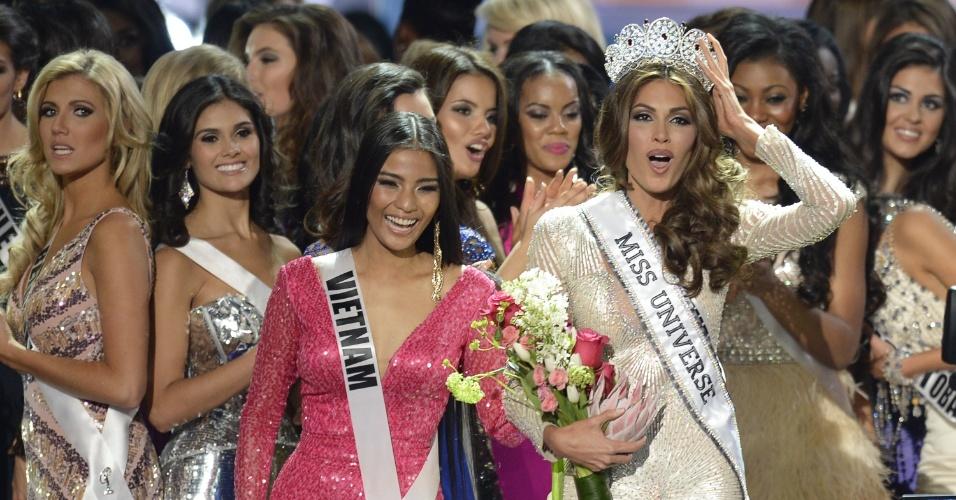 9.nov.2013 - Ladeada por misses, a miss Venezuela Gabriela Isler celebra a conquista do Miss Universo 2013, vencido neste sábado (9), em Moscou, na Rússia