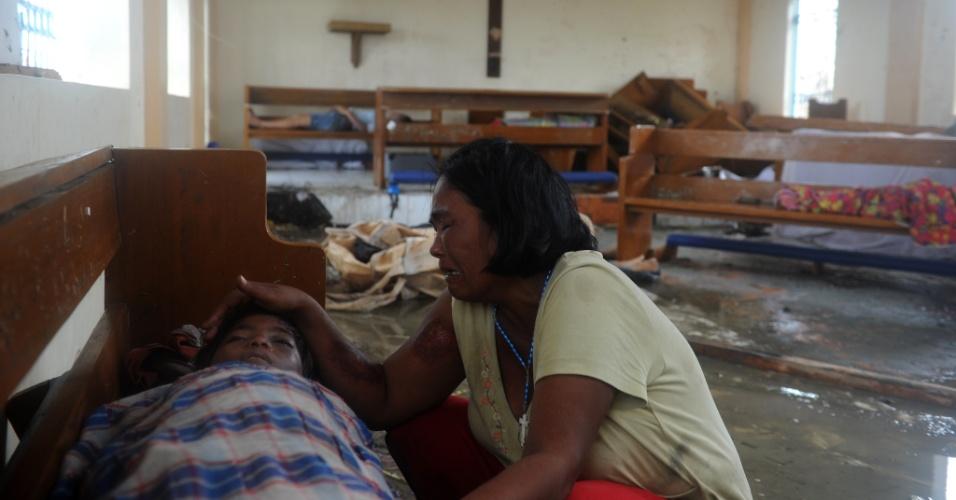 9.nov.2013 - Mãe chora diante do corpo do filho em uma capela de Tacloban (Filipinas)