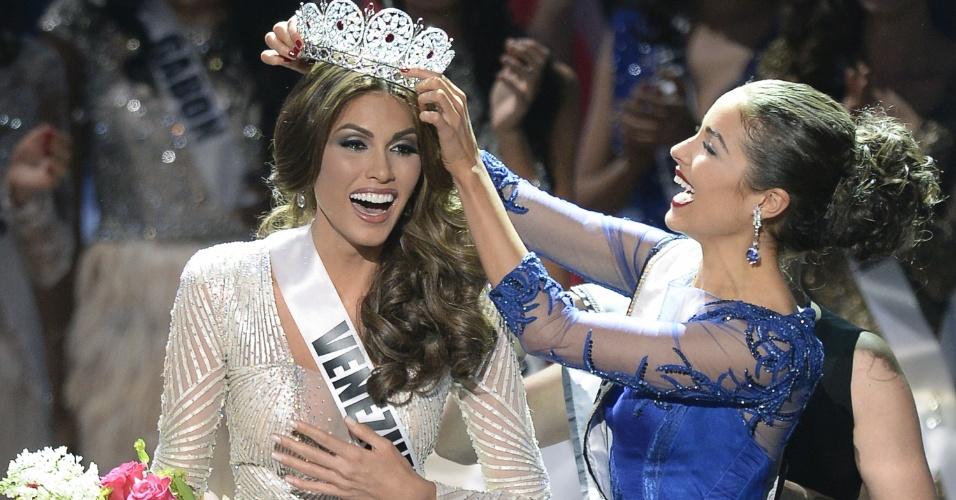 9.nov.2013 - Miss Venezuela Gabriela Isler recebe a coroa de Miss Universo 2013 de sua última antecessora, a norte-americana Olivia Culpo, neste sábado (9), em Moscou, na Rússia