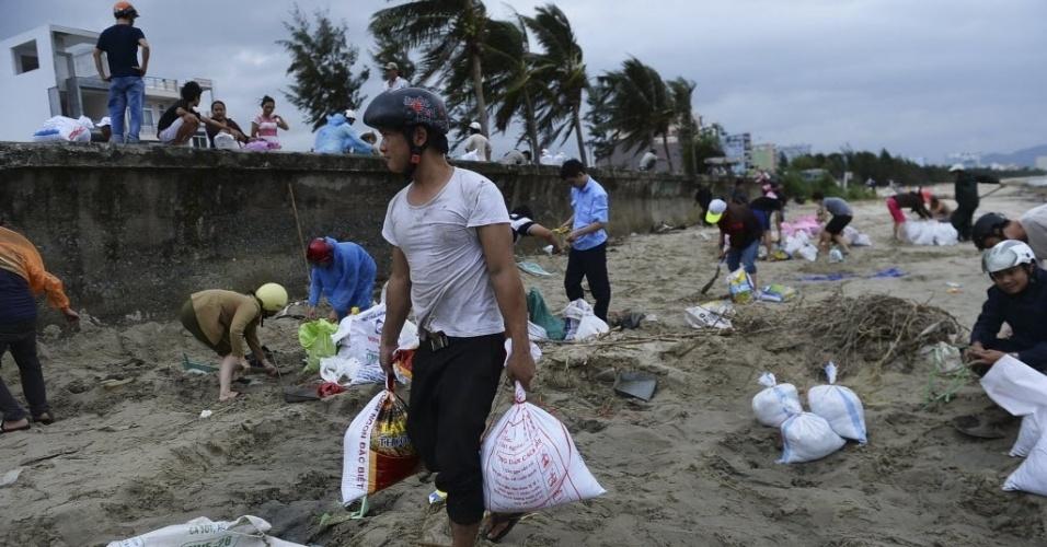 9.nov.2013 - Moradores carregam sacos de areia para proteger suas casas do tufão Hayan, neste sábado. Nas filipinas, a tempestade já matou mais de cem pessoas no país e deixou rastro de destruição