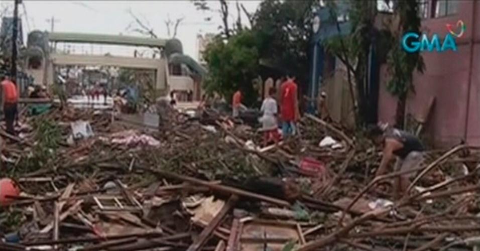 9.nov.2013 - Rua da cidade filipina de Tacloban fica interditada por escombros e árvores caídas