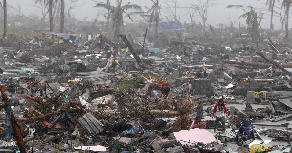 10.nov.2013 - Moradores procuram por pertences neste domingo (10) após passagem do supertufão Hayan, na cidade de Tacloban, província de Leyte (Filipinas). O tufão Haiyan, uma das tempestades mais fortes já registradas, matou ao menos 10 mil pessoas na província, segundo a polícia