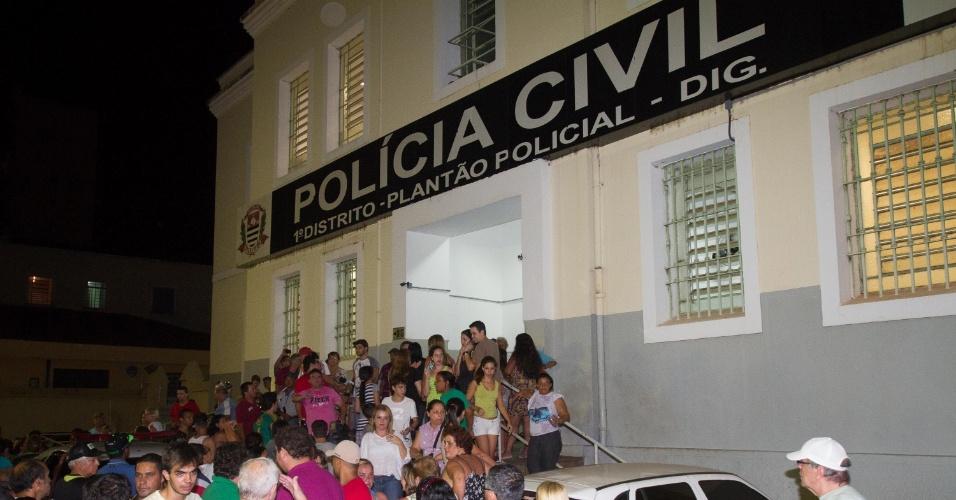 10.nov.2013 -  Pessoas protestam em frente à delegacia de Ribeirão Preto (SP) que investiga o caso da morte de Joaquim Ponte, 3, após policiais encontrarem o corpo do menino desaparecido desde o dia 5