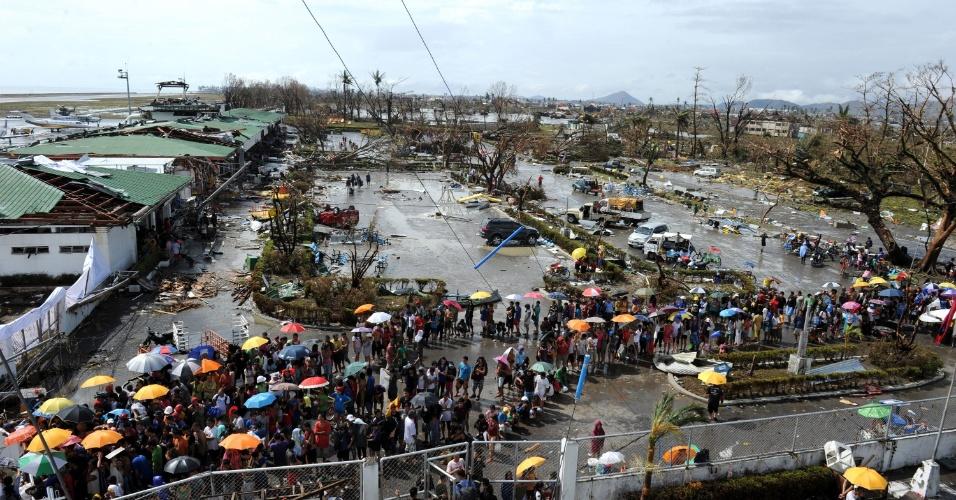10.nov.2013 - Sobreviventes do tufão Haiyan fazem fila para receber comida e medicamentos na ilha de Leyte, nas Filipinas. Autoridades estimam que cerca de 10 mil pessoas morreram no desastre natural