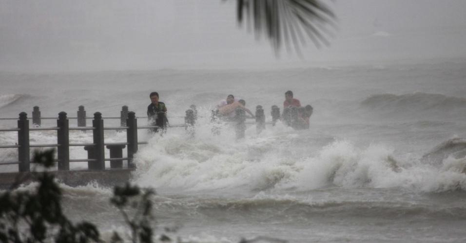 10.nov.2013 -  Ventos fortes atingem a costa da cidade de Sanya, no sul da província chinesa de Hainan, com a   aproximação do tufão Haiyan