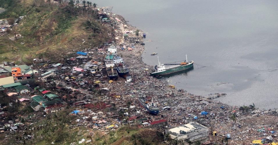 10.nov.2013 - Vista aérea mostra destruição causada pela passagem do tufão Haiyan, na cidade de Leyte, nas Filipinas