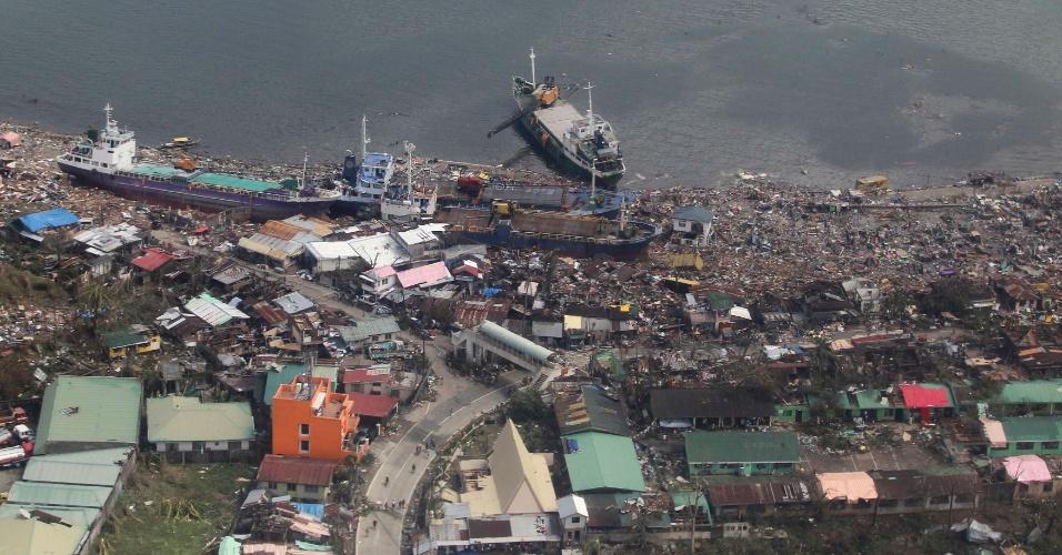 10.nov.2013 - Vista aérea mostra navios em terra em uma comunidade costeira na província de Leyte, região central das Filipinas, após passagem do tufão Haiyan. Uma das tempestades mais fortes já registrados matou pelo menos dez mil pessoas na região central das Filipinas, de acordo com a polícia