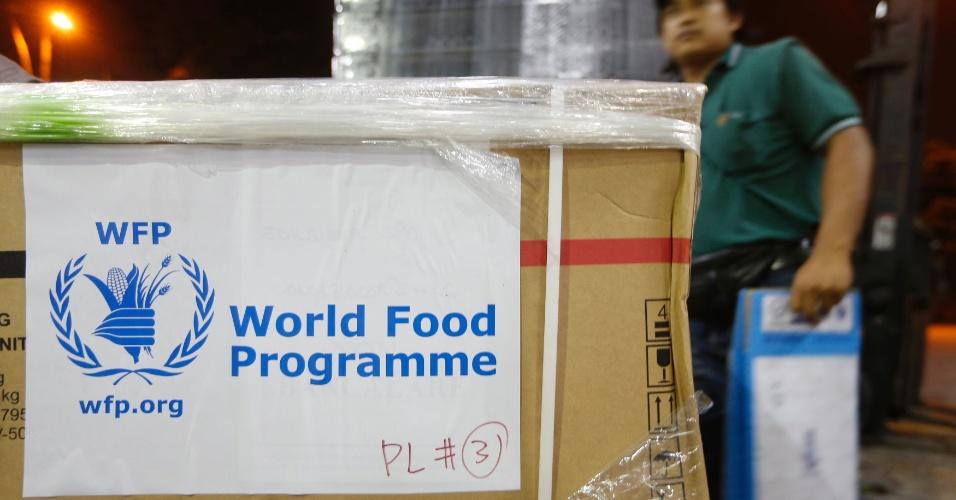 10.nov.2013 - Voluntário organiza doações do Programa Mundial de Alimentos que serão enviadas às vítimas do tufão Haiyan nas Filipinas, no aeroporto de Subang, em Kuala Lumpur, na Malásia