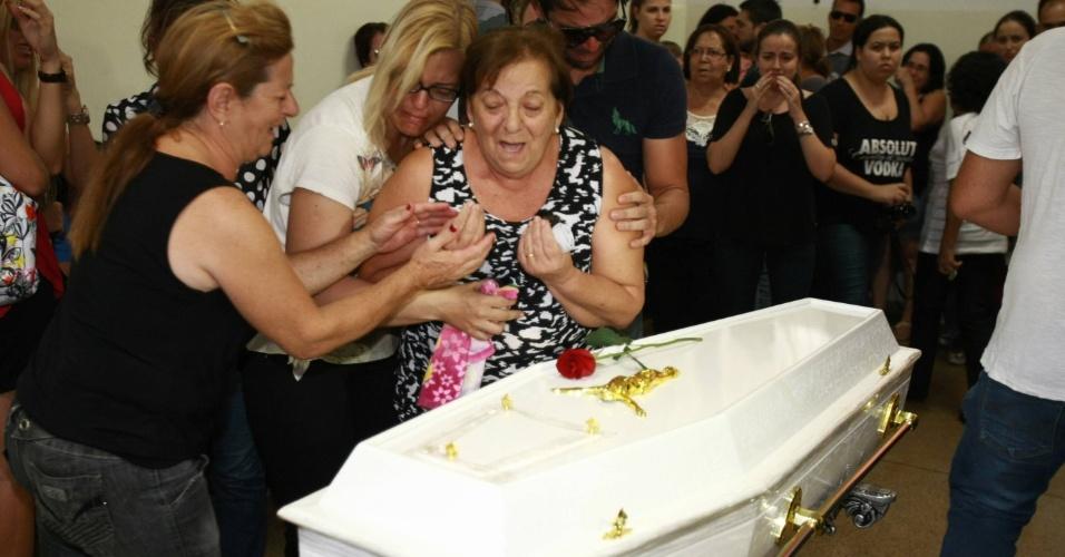 11.nov.2013 - Avó materna do menino Joaquim Ponte Marques, 3, Maria Cristina Mingoni Ponte, se emociona durante o velório da criança, cujo corpo foi encontrado no início da tarde deste domingo (10) no rio Pardo
