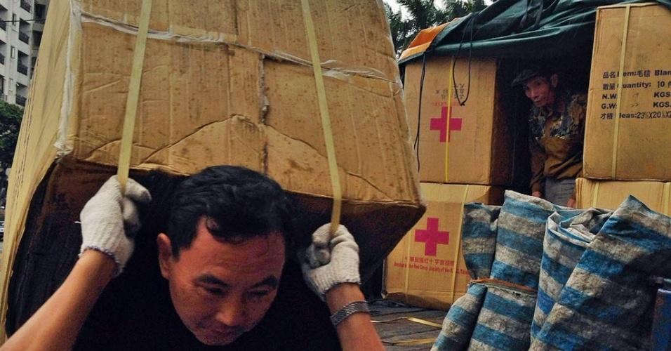 11.nov.2013 - Em imagem divulgada pela Cruz Vermelha, voluntários trabalham em Taipé, capital de Taiwan, carregando mantimentos destinados para áreas devastadas pela passagem do tufão Haiyan. Autoridades estimam que ao menos 10 mil filipinos morreram no desastre natural
