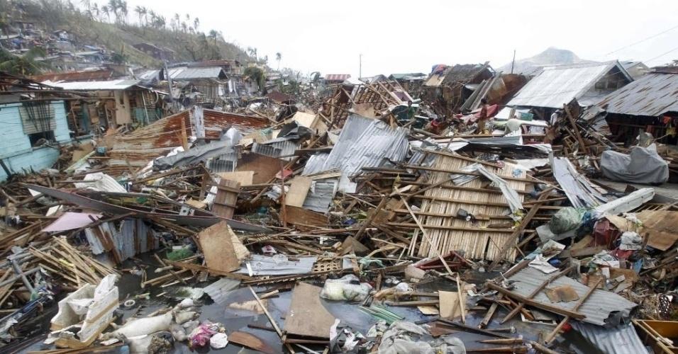 11.nov.2013 - Escombros de casas boiam na água do mar após passagem do tufão Haiyan por Tacloban, nas Filipinas. Autoridades estimam que ao menos 10 mil filipinos morreram no desastre natural