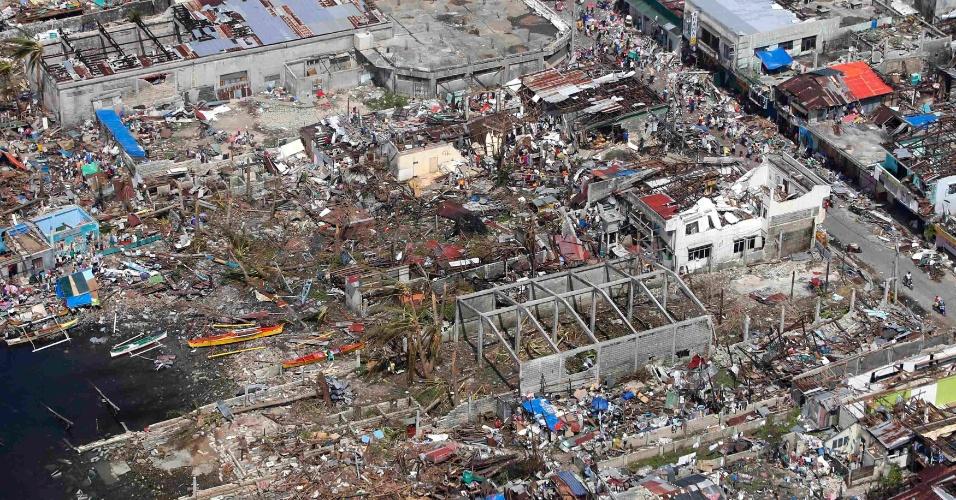 11.nov.2013 - Foto aérea de tirada mostra casas e edifícios destruídos devido à passagem do tufão Haiyan na cidade de Tacloban (Filipinas). Autoridades estimam que ao menos 10 mil filipinos morreram no desastre natural