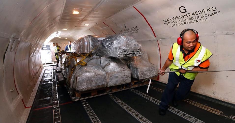 11.nov.2013 - Funcionário carrega artigos de socorro do PAM (Programa Alimentar Mundial) dentro da aeronave perto do aeroporto de Kuala Lumpur (Malásia). Os itens serão enviados às vítimas do megatufão Haiyan nas Filipinas, onde ao menos 10 mil morreram, segundo autoridades da província da Leyte