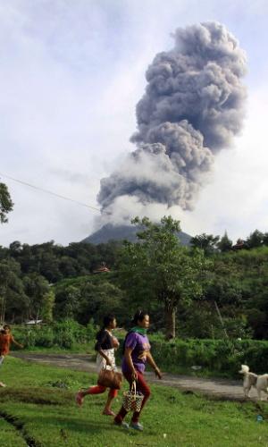 11.nov.2013 - Moradores da vila de Kuta Gugung deixam o local após nova erupção do vulcão Monte Sinabung no último domingo (10). O vulcão entrou em erupção no domingo (3), provocando a evacuação de mais de mil pessoas