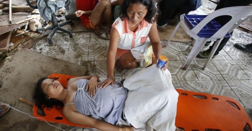 11.nov.2013 - Mulher grávida em trabalho de parto é atendida em clínica na cidade de Tacloban, nas Filipinas, devastada pelo tufão Haiyan, nesta segunda-feira (11)