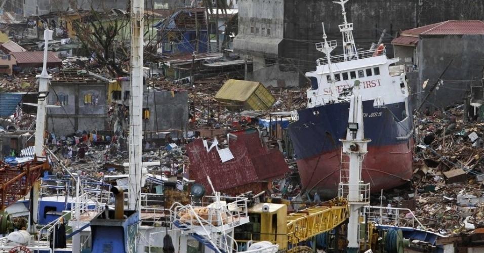 11.nov.2013 - Navios cargueiros se amontoam em terra na costa da cidade de Tacloban, nas Filipinas, nesta segunda-feira (11). Autoridades estimam que ao menos 10 mil filipinos morreram no desastre natural