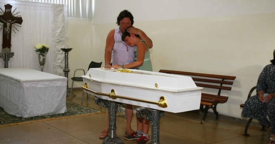 11.nov.2013 - Tia do garoto Joaquim chora com a chegado do corpo no velório. Corpo do menino Joaquim Ponte Marques, 3, é velado em São Joaquim da Barra (SP)