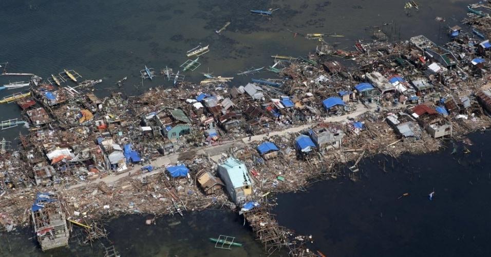 11.nov.2013 - Vista aérea da vila de pescadores de Guiwan, nas Filipinas, devastada pelo tufão Haiyan. Autoridades estimam que ao menos 10 mil filipinos morreram no desastre natural