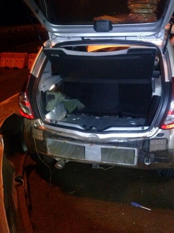 12.nov.2013 - Cerca de 40 kg de cocaína e 15 kg de crack foram encontrados escondidos no painel dianteiro e no para-choque traseiro de um veículo em uma rodovia no oeste do Paraná