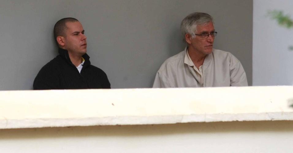 12.nov.2013 - Guilherme Longo e o seu pai Dimas Longo, na DIG ( delegacia de investigações gerais) de Ribeirão Preto