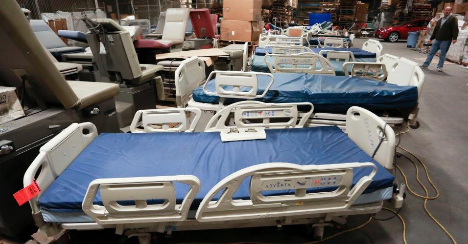 12.nov.2013 - Leitos hospitalares são estocados em depósito em Wilmington, na Califórnia,antes de seguirem para localidades atingidas pelo tufão Haiydan nas Filipinas
