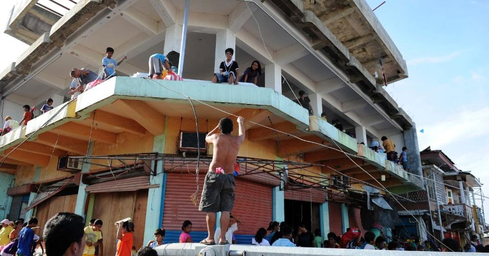 12.nov.2013 - Sobreviventes invadem armazém para pegar comida em Guiuan, Filipinas. A ONU pediu nesta terça-feira (12) US$ 301 milhões em ajuda humanitária para os filipinos afetados pelo tufão Haiyan, que teria matado ao menos 10.000 pessoas