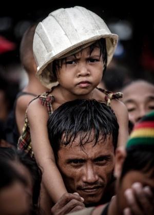 12.nov.2013 - Vítimas do tufão esperam por voos de resgate no no aeroporto de Tacloban, na ilha de Leyte, Filipinas. A ONU pediu nesta terça-feira (12) US$ 301 milhões em ajuda humanitária para os filipinos afetados pelo tufão Haiyan, que teria matado ao menos 10.000 pessoas