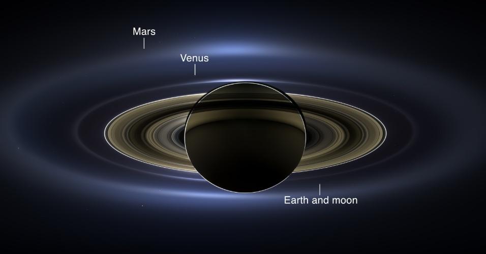 12.nov.2013 -Sonda Cassini da Nasa (Agência Espacial Norte-Americana) fez a primeira imagem em cor natural que aparece Saturno com suas luas e anéis, além da Terra, Venus e Marte no fundo