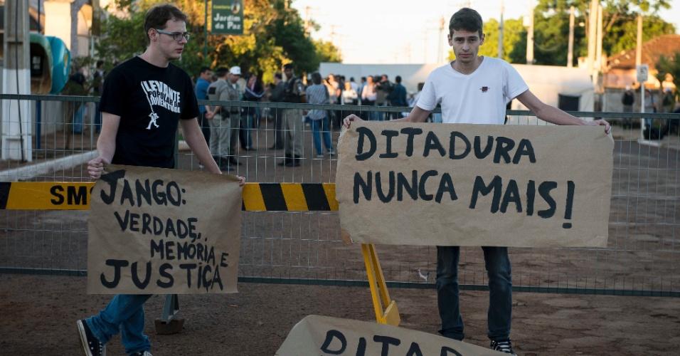 13.nov.2013 - Manifestantes exibem faixas durante exumação dos restos mortais do ex-presidente João Goulart no cemitério Jardim da Paz, em São Borja, no Rio Grande do Sul