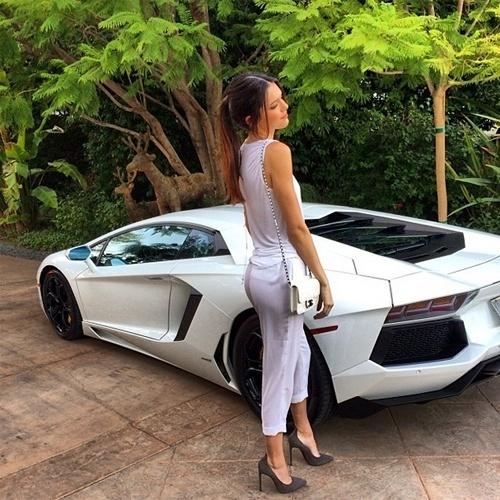 A foto acima foi tirada do perfil de Kendall Jenner (http://instagram.com/kendalljenner), 18, considerada pelo ''Daily Mail'' ''a mais rica de todos os jovens do Instagram''. A afirmação foi feita após ela publicar uma imagem em que sua roupa aparece combinando com a cor da Lamborghini modelo Aventador. Ainda segundo a publicação britânica, os cliques com ostentação de Kendall têm presença constante no Tumblr ''Rich Kids of Instagram''. A jovem é irmã por parte de mãe da também socialite Kim Kardashian