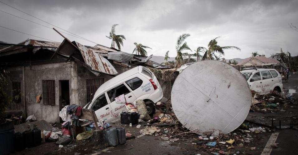 14.nov.2013 - Carros ficam em meio a escombros em Tacloban, Filipinas, após a passagem do tufão Haiyan. A ONU pediu a autoridades locais e organizações internacionais que forneçam ajuda o mais rápido possível as pessoas afetadas pelo tufão Haiyan