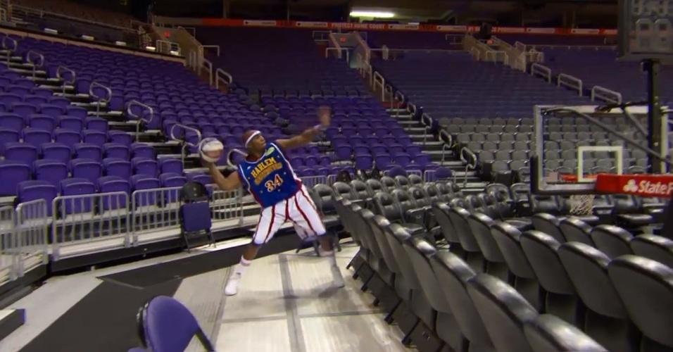 14.nov.2013 - Corey ?Thunder? Law, estreante do The Harlem Globetrotters, quebrou o recorde do arremesso mais longo para uma cesta de basquete, feito a uma distância de 33,4 metros. Ele quebrou o recorde do jogador do Pepperdine University Elan Buller, que arremessava a uma distância de 31,9 metros